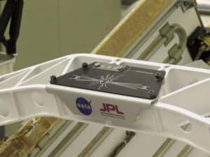Het plakkaat 'Send Your Name' op de Perseverance, die op 18 februari op Mars landde. Drie siliciumchips (linksboven) waren gestencild met 10.932.295 namen.