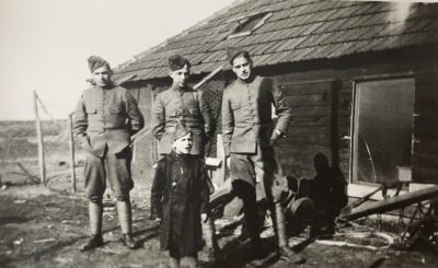 Mijn vader Adrie Kloosterman, rechts op de foto en links van hem zijn vriend Toontje Stofmeel uit Tilburg. Pietje het zoontje van de weduwe Verstraten op de voorgrond.