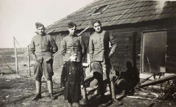 Mijn vader Adrie Kloosterman, rechts op de foto. Pietje het zoontje van de weduwe Verstraten op de voorgrond.