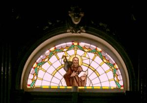 Het glas in lood raam boven de ingang