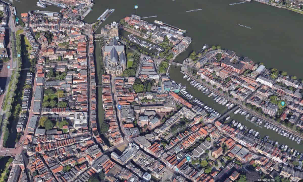 Luchfoto (Google maps) van centrum Dordrecht met de Grotekerksbuurt