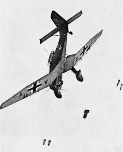 Junkers-87B (Stuka) laat bommen vallen