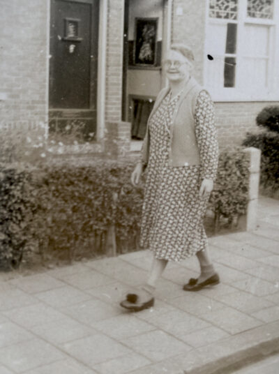 Adrie's moeder (mijn oma) voor de deur van hun huis Kofstraat 4, Dordrecht, waar ze ook in 1940 woonden