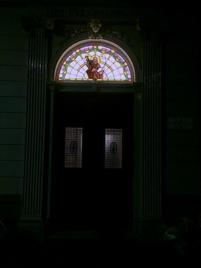 In het bovenlicht boven de deur van het Pelgrimshuys bevindt zich een glas-in-loodraam met een afbeelding van Sint Jacobus met pelgrimshoed en pelgrimsstaf met kalebas. De tekst