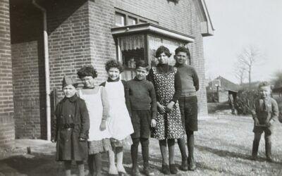 De kinderen van de familie Verstraten, Pietje met petje op links vooraan
