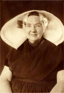 Jannetje Slabbekoorn, born 07 march 1857 in Heinkenszand. Jannetje is my great-grandmother and is wearing the traditional Zuid-Beveland costume, with the distinctive large, stiffly starched hat, including large gold square kissers worn at the temples. Jannetje died 26 march 1931.